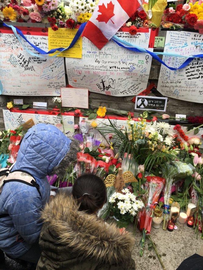 Một điểm tưởng niệm các nạn nhân thiệt mạng trong vụ đâm xe tải ngày 23-4-2018, đặt trên đường Yonge (Toronto). Ảnh: Citynews
