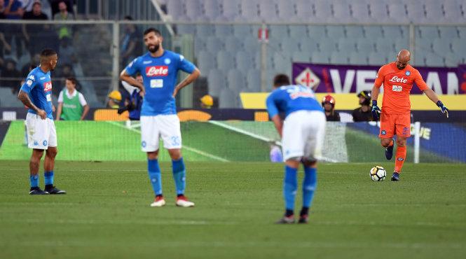 Nỗi thất vọng của các cầu thủ Napoli sau trận thua Fiorentina. Ảnh: REUTERS