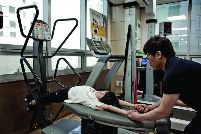 Một bé gái tập luyện trong một trung tâm tăng trưởng ở Hàn Quốc. Ảnh: NYT