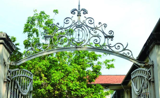 Họa tiết sắt uốn trên cổng dinh Thượng Thơ. Ảnh: KTS Đỗ Phú Hưng chụp tháng 5-2018