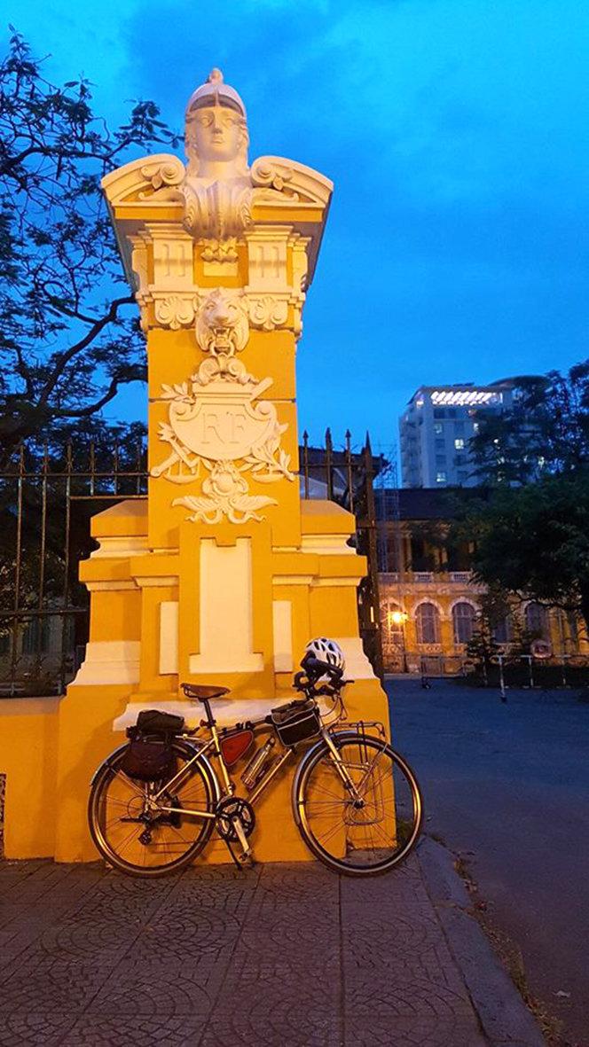 Trụ cổng của tòa án đã trùng tu. Trên đầu cổng là đầu tượng Marianne - biểu tượng cuộc cách mạng 1789 của Pháp