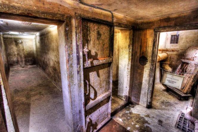 Tầng hầm trước khi trùng tu đã xuống cấp trầm trọng