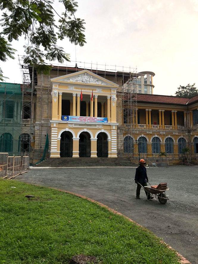 Cửa chính của tòa án đã trùng tu xong