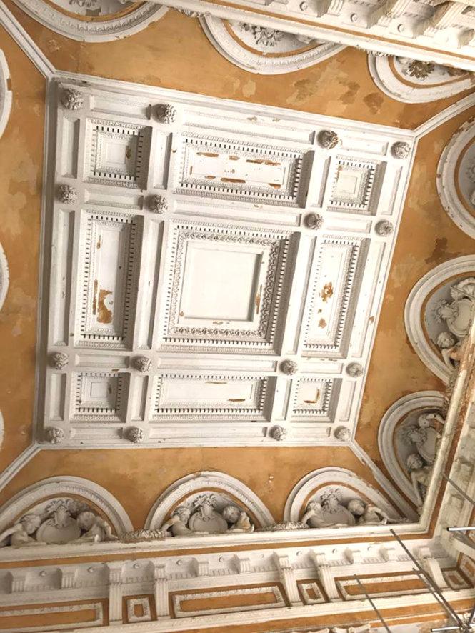 Hoa văn chỉ làm bằng thạch cao trộn với sợi đay trên trần tòa án hết sức tinh xảo