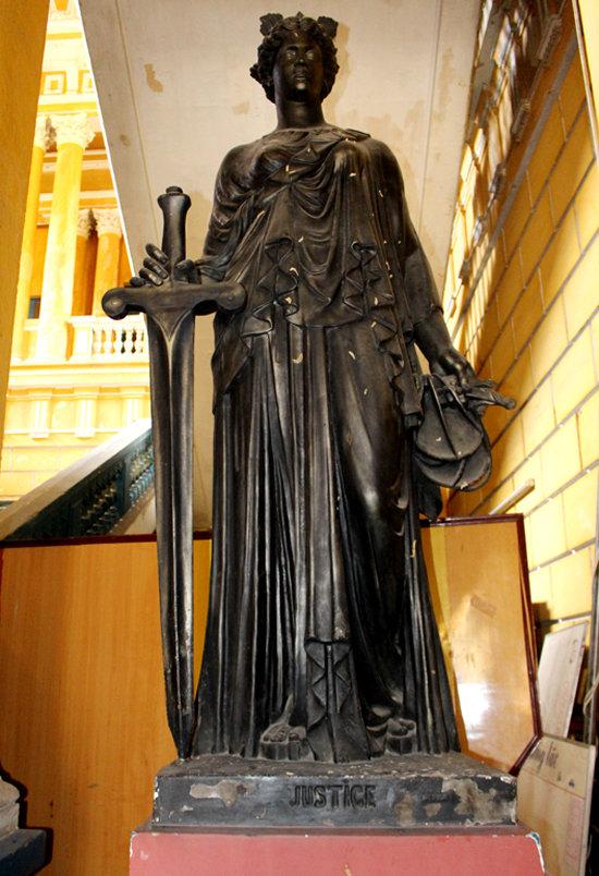 Một trong những bức tượng Nữ thần Công lý đặt trong trụ sở tòa án còn rất đẹp sau hơn 140 năm.