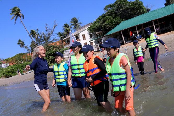 Học sinh tại một trường quốc tế ở TP.HCM tham gia một khóa học kỹ năng sinh tồn (bơi lội, lái thuyền buồm, chèo thuyền...) ở Mũi Né (Bình Thuận). Ảnh: Ngọc Hiển