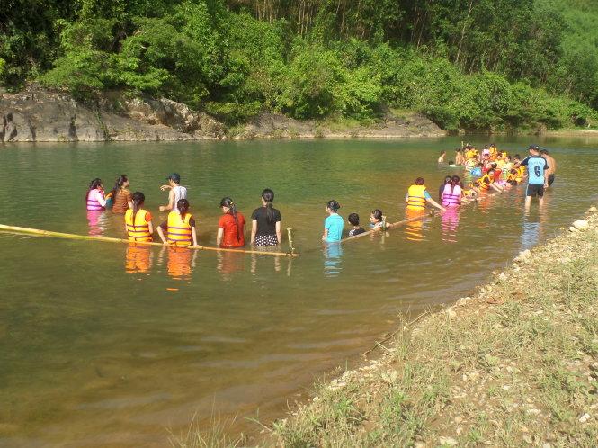 Thầy Nguyễn Anh Vũ đã ngăn sông ở huyện Trà Bồng, Quảng Ngãi để dạy bơi cho học sinh trong mùa hè. Ảnh: Trần Mai