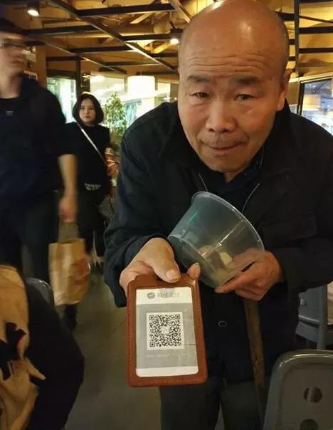 Ăn xin cũng đeo thẻ QR ở Trung Quốc. Ảnh: Business Insider