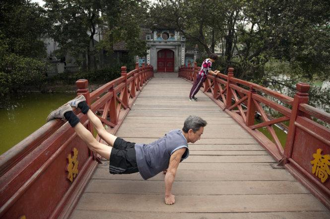Tập thể dục buổi sáng trên cầu Thê Húc trước đền Ngọc Sơn, 1995