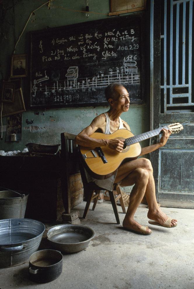 Thầy dạy nhạc với chiếc đàn một dây, 1990