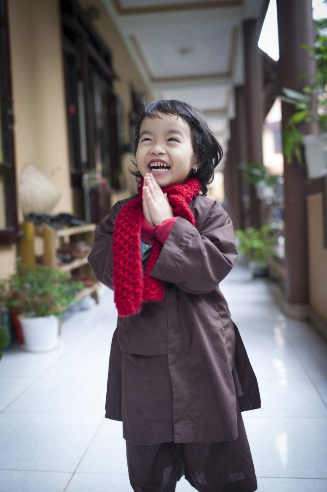 Một cô bé trong trang phục áo nâu ở tổ đình Từ Hiếu, Huế, 2014