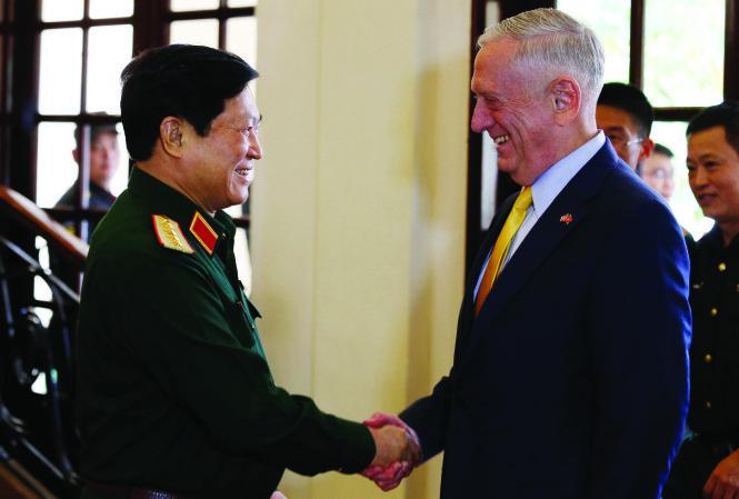 Bộ trưởng Bộ Quốc phòng Mỹ James Mattis gặp gỡ Bộ trưởng Quốc phòng, Đại tướng Ngô Xuân Lịch tại khách sạn Tân Sơn Nhất. Ảnh: Reuters