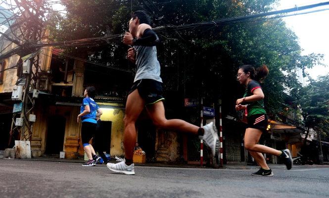 Những bước chạy trên phố cổ ở Giải marathon di sản Hà Nội.-Ảnh: Nam Khánh
