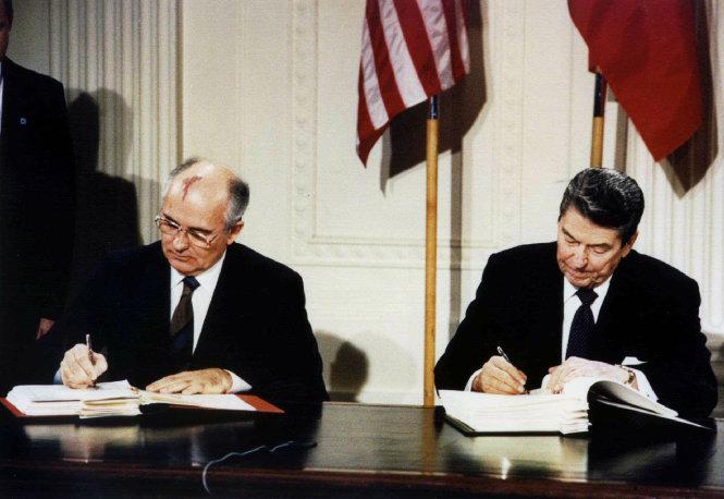Ông Gorbachev (trái) và ông Reagan ký INF ở Washington năm 1987. Ảnh: Time
