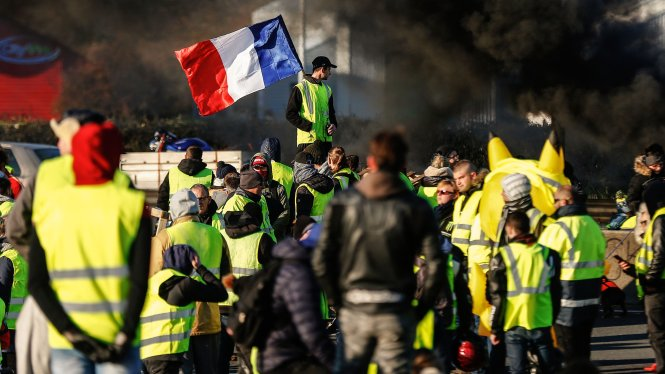 """Những người """"áo gilê vàng"""" biểu tình làm tắc nghẽn giao thông ở Caen, Normandy. -Ảnh: Getty Images"""
