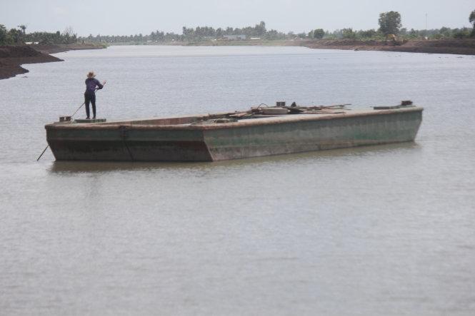 Hồ chứa nước ngọt Ba Tri, tỉnh Bến Tre đã đưa vào sử dụng, hiện đang làm hàng rào bảo vệ xung quanh hồ. Ảnh: Mậu Trường
