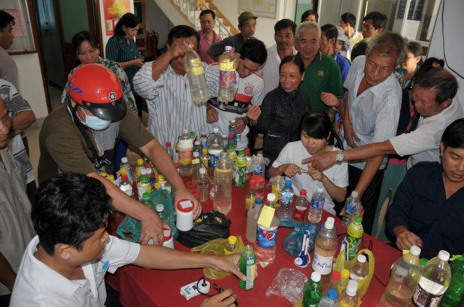 Nhiều người dân Tiền Giang mang mẫu nước để cơ quan chức năng đo độ mặn trước khi tưới cho cây trồng vào năm 2016. Ảnh: Mậu Trường