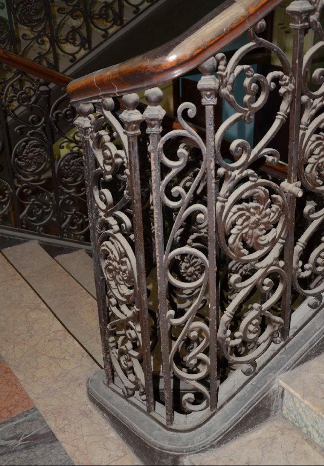Họa tiết hoa văn cầu thang và nền đá non nước Đà Nẵng. Ảnh: M.C.