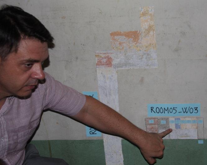KTS Nicolas Viste giới thiệu quy trình bóc tách từng lớp sơn của bức tranh tường trong biệt thự 110-112 Võ Văn Tần, Q.3. Với 10 lớp bóc tách, có thể xác định bức tranh đã được vẽ từ thời kỳ đầu của biệt thự. Ảnh: Q.N.