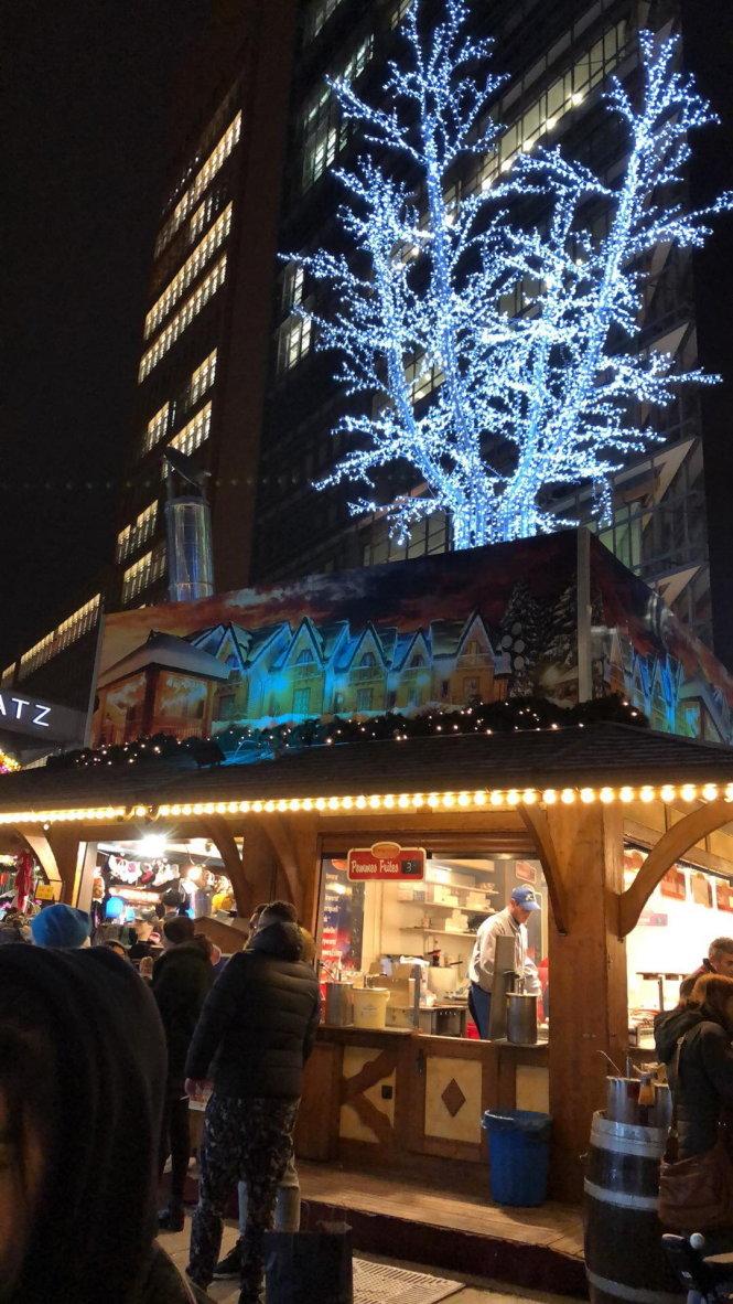 Một góc chợ Noel rực rỡ ở Berlin. Ảnh: Duy Thuận