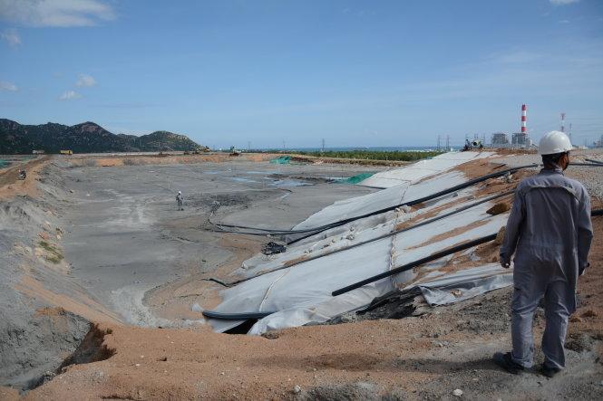 Tro xỉ phát sinh hằng ngày tại các nhà máy nhiệt điện Vĩnh Tân đang được xử lý chôn lấp tại bãi chứa. Ảnh: ĐỨC TRONG