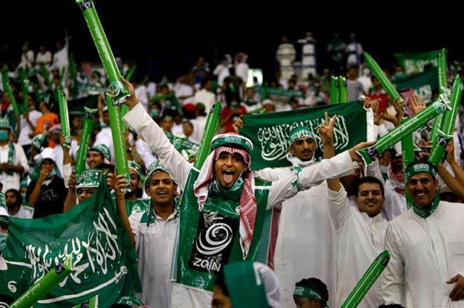 CĐV các quốc gia Tây Á rất cuồng nhiệt dù bóng đá là môn thể thao gây nhiều tranh cãi trong đạo Hồi. Ảnh: Footynions