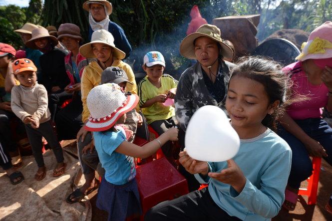 Niềm vui nhỏ của em bé Ê Đê, xã Cư Pơng, huyện Krông Buk Đắk Lắk. Ảnh: Công Cận