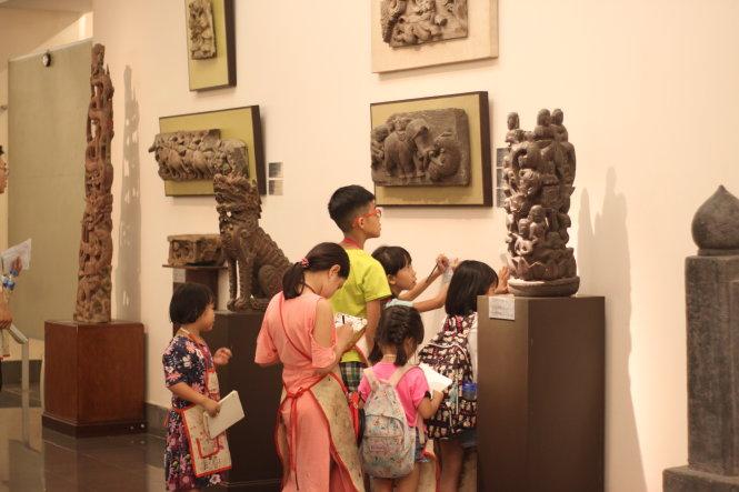 Quá trình tiếp cận, cảm nhận nghệ thuật sẽ giúp gieo vào trẻ nhỏ hạt mầm trí tưởng tượng và năng lực cảm thụ cái đẹp. Trong ảnh: các học trò của Tí Toáy đi tham quan Bảo tàng Mỹ thuật VN. Ảnh: Tí Toáy cung cấp