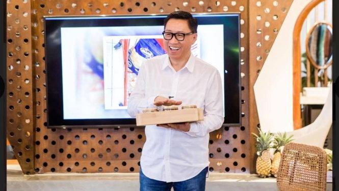 Ông Nguyễn Lâm Viên giới thiệu sản phẩm hữu cơ tại một hội thảo. Ảnh: M.H.