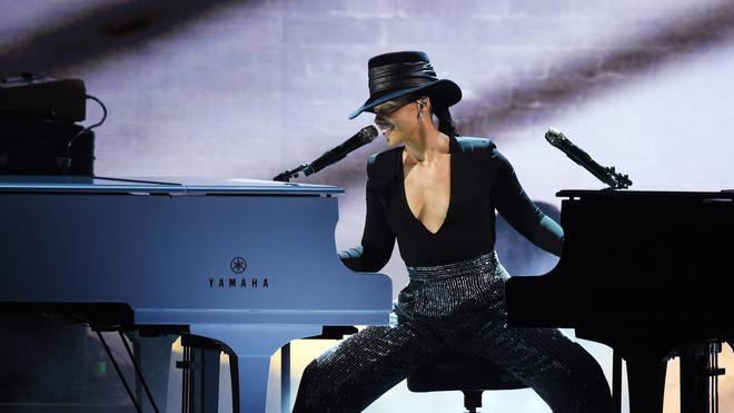 Grammy 61 được cứu vớt nhờ màn trình diễn xuất sắc với hai chiếc piano cùng lúc của nữ ca sĩ Alicia Keys