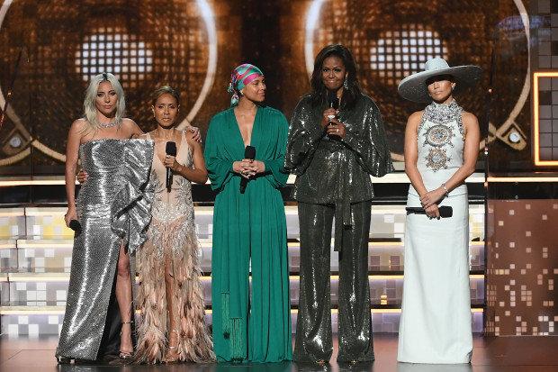 Cựu đệ nhất phu nhân Mỹ Michelle Obama (thứ hai từ bên phải) tới dự Grammy 61 với một thông điệp về nữ quyền được tán thưởng. Ảnh: Eonline.com