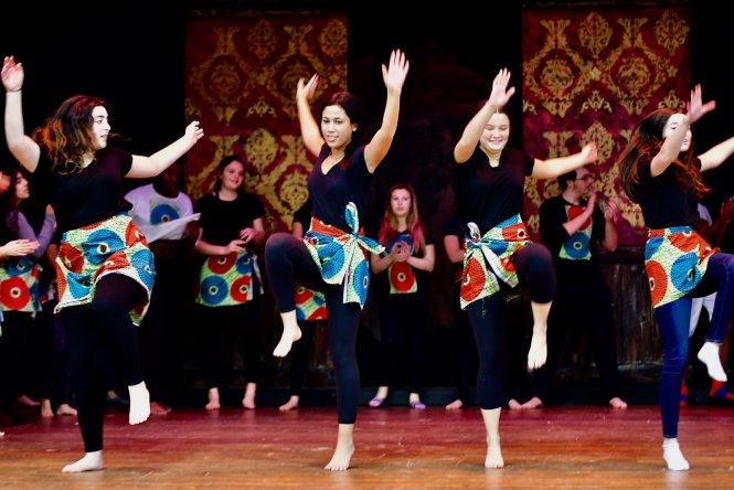 Điệu múa mô phỏng vũ điệu châu Phi ở một trường Waldorf tại Mỹ. Ảnh: waldorfgarden.org