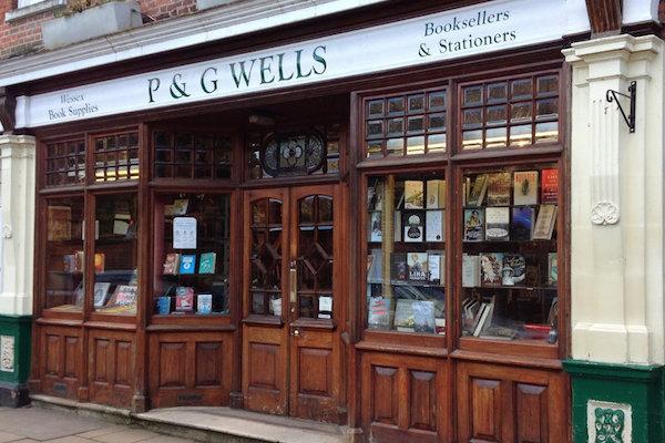 Hiệu sách P&G Wells danh tiếng, bán sách ở Winchester suốt 250 năm qua. Hiệu sách cổ điển này là thiên đường của sách cổ, sách cũ cũng như những bộ sưu tập sách giấy tuyệt đẹp và là một chốn lý tưởng cho trẻ em tìm mua sách. Ảnh: Culturecalling.com