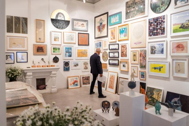 Trưng bày tác phẩm tại chương trình bày bán tác phẩm giá hợp lý Art For You.