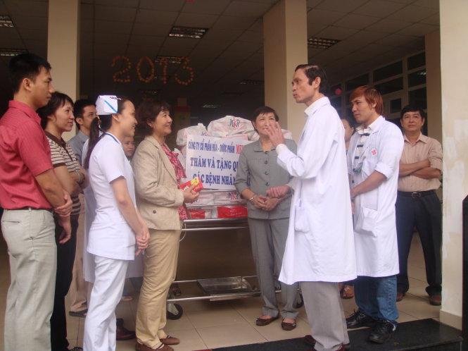 TS.BS Nguyễn Đình Phú tham gia hoạt động xã hội, chăm sóc bệnh nghèo. Ảnh: Bệnh viện 115 cung cấp