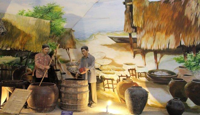 Nghề làm nước mắm Nam Ô, bối cảnh phục dựng ở Bảo tàng Đà Nẵng. Ảnh: baotangdanang.vn