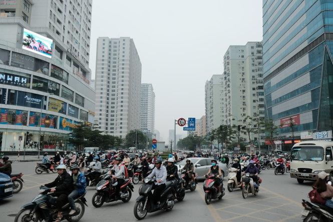 Người dân Hà Nội lưu thông trên đường Lê Văn Lương trong giờ cao điểm. Ảnh: Nam Trần