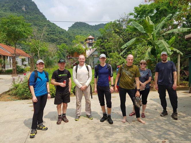 Từ trái sang: Laura Jewell (điều phối viên thiết bị lặn), Jason Mallinson, Martin Holroyd, Chris Jewell và Rick Stanton - các thành viên tham gia chuyến lặn thám hiểm dòng sông ngầm trong hang Sơn Đoòng. Ảnh: Oxalis cung cấp