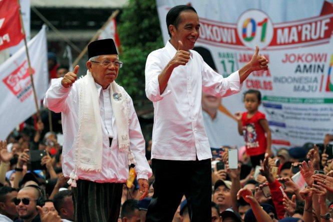 Ông Jokowi (phải) và ứng viên phó tổng thống của ông, Maruf Amin. Ảnh: Reuters