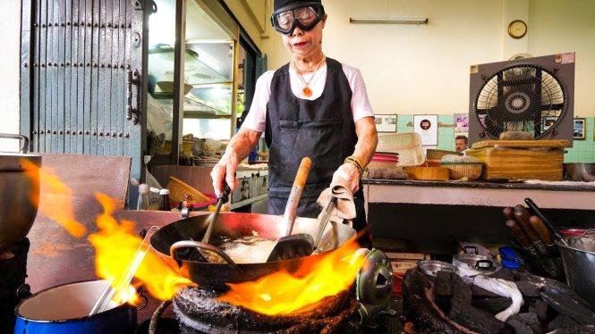 Bà Jay Fai trong quán ăn đường phố được gắn sao Michelin ở Bangkok (Thái Lan). Ảnh: Netflix