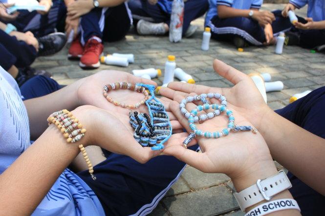Những chiếc vòng tay bằng giấy được chính các bạn thực hiện để gây quỹ cho CLB Sao La.  Ảnh: TRỌNG NHÂN