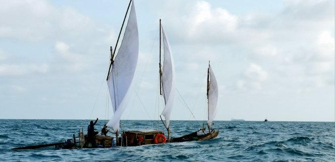 """Bè tre thuyền buồm được đóng theo cách """"nguyên thủy"""" trong hành trình từ Thanh Hóa đi về Bến Tre. Ảnh: Nhóm Bè tre cung cấp."""