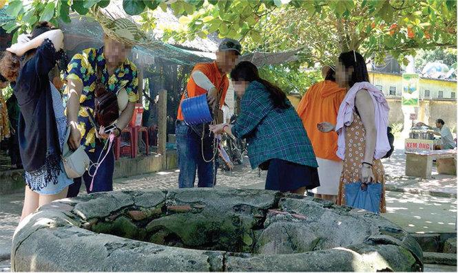Người dân, du khách lấy nước từ các giếng cổ trên đảo Cù Lao Chàm. Ảnh: B.D.