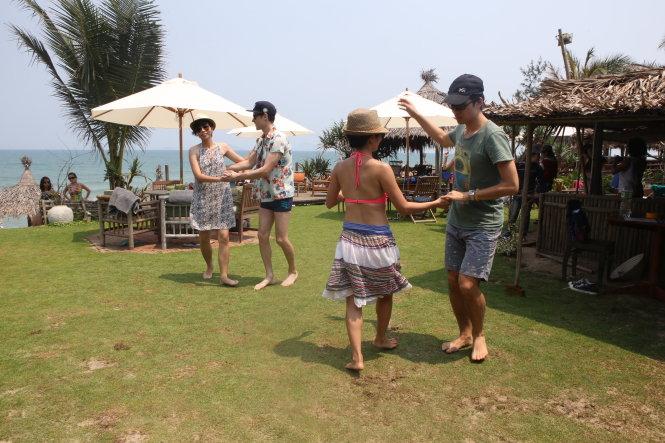 Du khách khiêu vũ bên bãi biển An Bàng (Hội An) trong một tour du lịch kết hợp lễ hội khiêu vũ. Ảnh: Gia Tiến