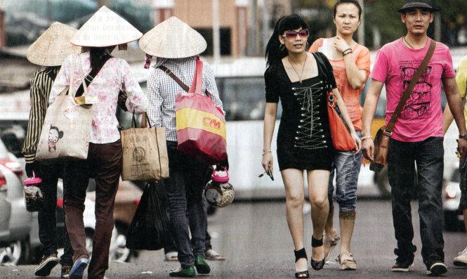 Lao động Việt Nam (trái) ở Đông Hưng, tỉnh Quảng Tây. Ảnh: Economist