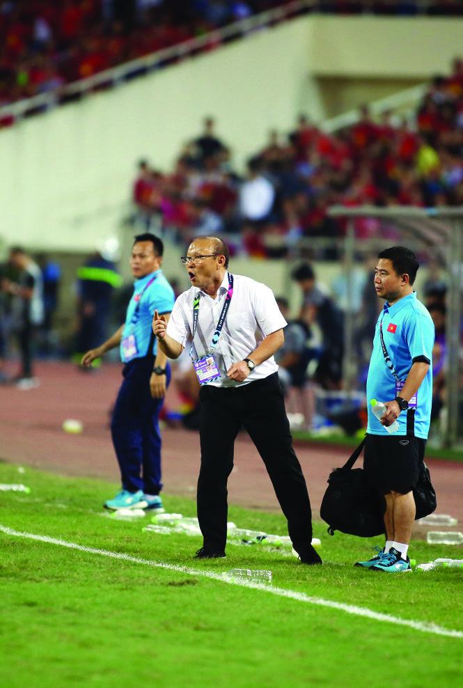 43 năm thống nhất đất nước, nền bóng đá Vn có được bao nhiêu lần mang lại hạnh phúc cho người hâm mộ - những cảm xúc bừng bừng như kiểu đăng quang AFF Cup 2018? Trong ảnh: HLV Park Hang Seo tại sân đấu .Ảnh: Nguyên Khôi