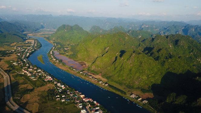 Sông Son xinh đẹp của Phong Nha - Kẻ Bàng, nơi đang trở thành điểm đến hấp dẫn của du khách quốc tế. Ảnh: Quang Định