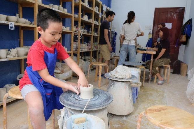 Các bạn trẻ tham dự workshop làm nước hoa vào cuối tuần - Ảnh: Minh Phượng