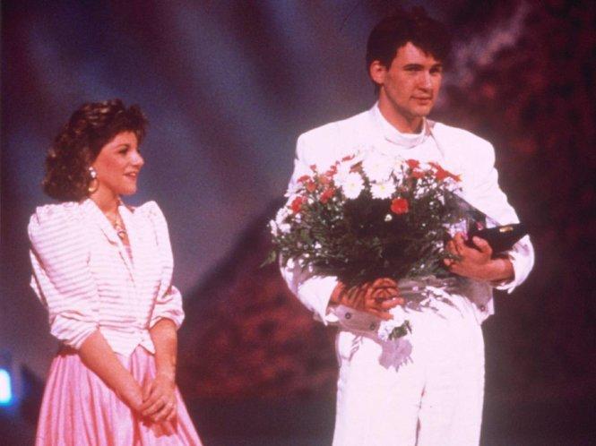Johnny Logan giành chiến thắng cho Ireland năm 1987 bằng bản ballad quen thuộc với khán giả nghe radio Việt, Hold me now, với ca từ bi lụy