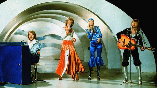 ABBA trên sân khấu Eurovision năm 1974 với chiến thắng đình đám cho bài Waterloo.
